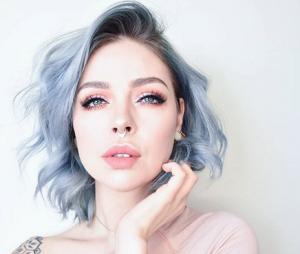 Le bleu pervenche, la tendance cheveux qui nous monte à la tête