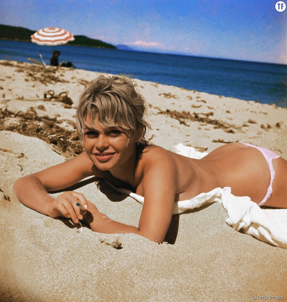 Brigitte Bardot topless à la plage.