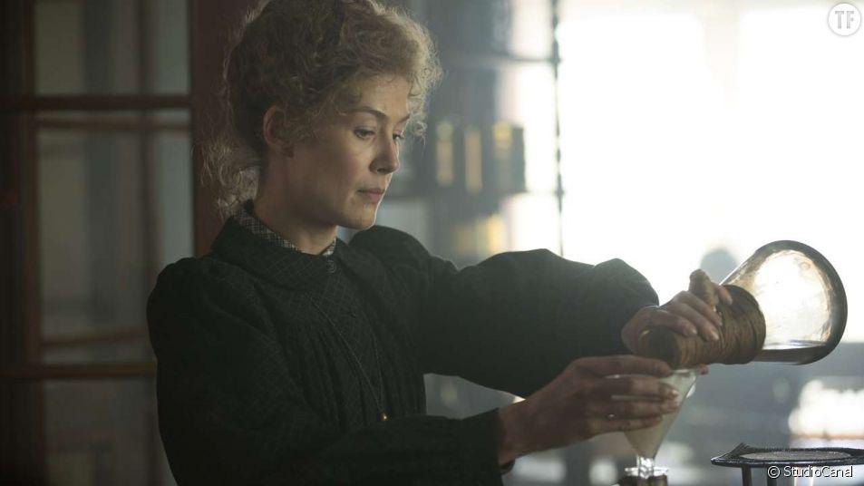 "Rosamund Pike est Marie Curie dans ""Radioactive""."