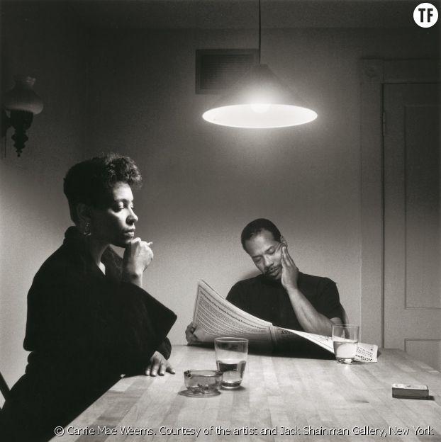 """Carrie Mae Weems, Sans titre [Homme lisant le journal], série """"La table de cuisine"""", 1990."""