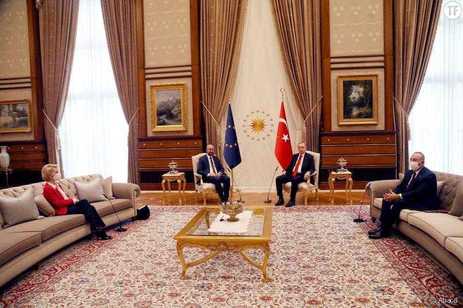 La présidente de la Commission européenne Ursula von der Leyen victime de sexisme : aucune chaise n'avait été prévue pour l'accueillir en Turquie.