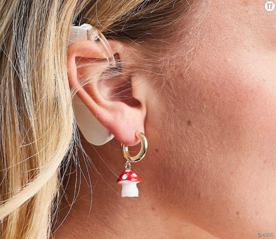 Une mannequin sourde pose avec un appareil auditif pour ASOS