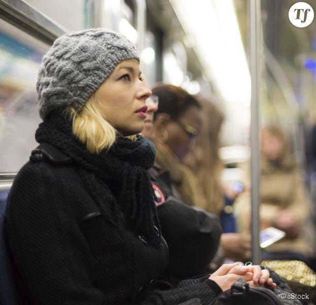 Femme dans le métro parisien