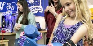 """Grâce à sa prothèse """"robot"""", cette petite fille handicapée a de nouveau une main"""