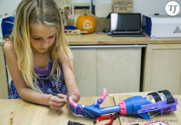 Gr ce sa proth se robot cette petite fille handicap e a de nouveau une main - Imprimante 3d fonctionnement ...