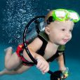 Un nourisson en mini-tenu de plongeur.