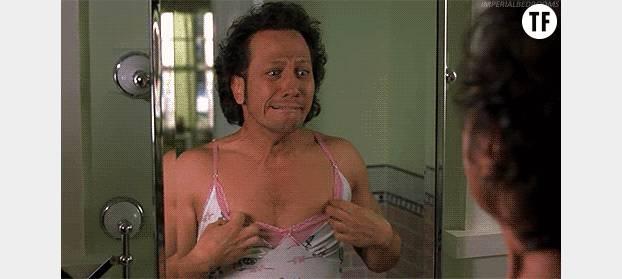Un homme découvrant qu'il n'a pas de sein