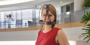 Ces photos provocantes dénoncent le sexisme qui muselle les femmes au bureau