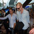 L'actrice Charlize Theron protégée par Myriam Lamare à son arrivée à l'aéroport de Nice (12 mai 2015)
