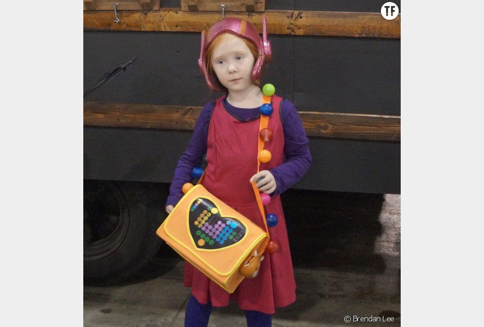 La petite Sophia munie de l'accessoire de son héroïne préférée