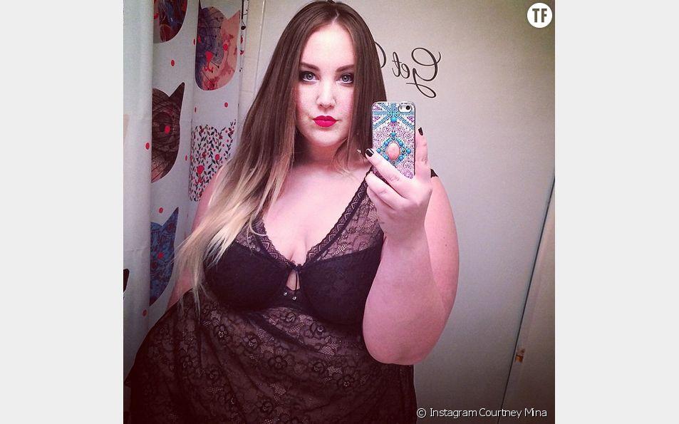 La blogueuse mode grande taille Courtney Mina s'affiche en lingerie