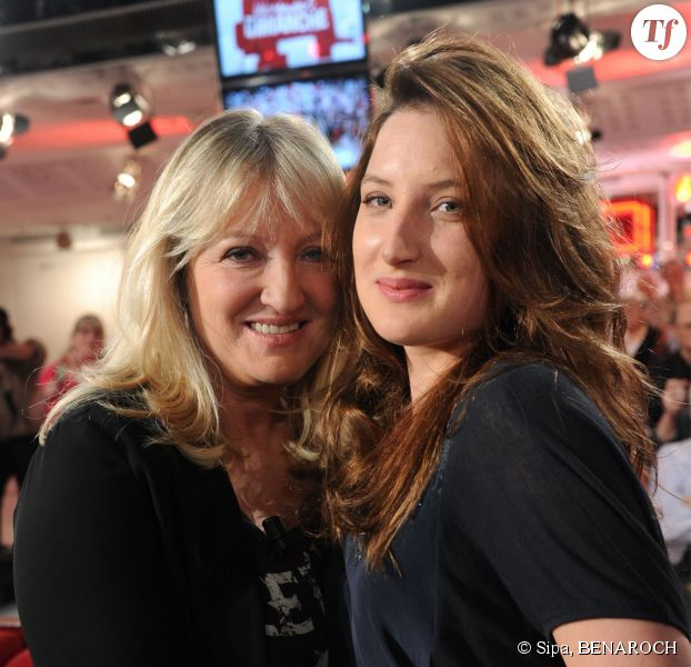Charlotte de Turckheim et sa fille Julia Piaton pendant l'enregistrement de Vivement Dimanche