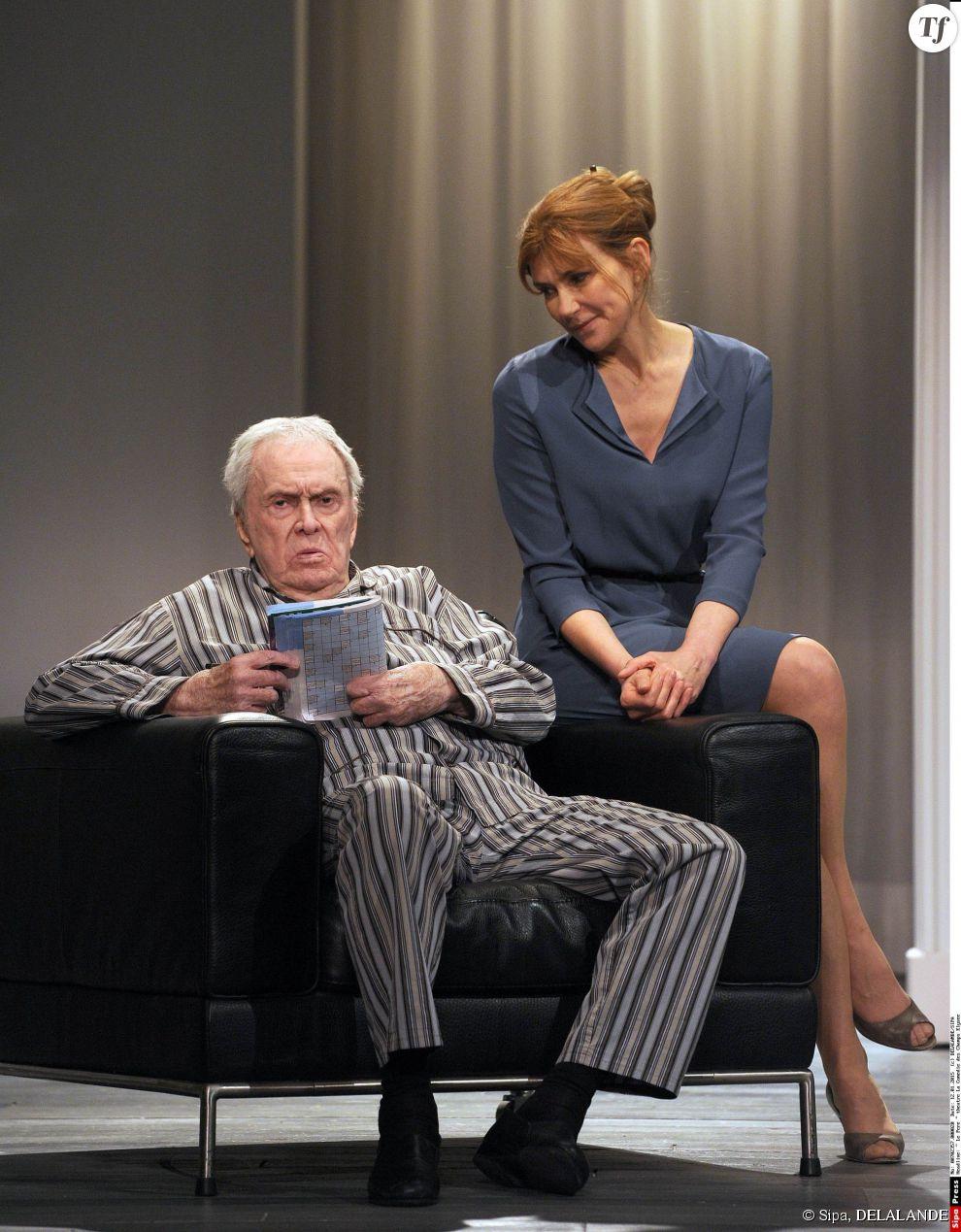 """Robert Hirsch, Florence Pernel dans la piece """"Le Pere"""" au théâtre La Comédie des Champs Elysées, Paris."""