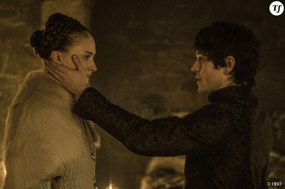 Ramsay et Sansa pendant leur nuit de noces dans l'épisode 6 de la saison 5