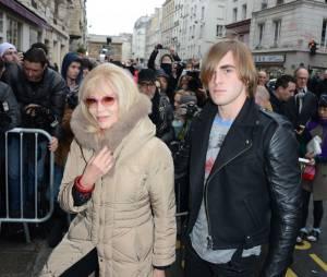 Amanda Lear et son compagnon Hugo au défilé Jean-Paul Gaultier printemps/été 2015