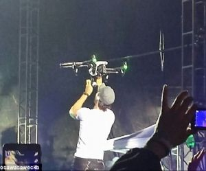 Enrique Iglesias : il se fait couper les doigts pendant un concert par un drone (vidéo)