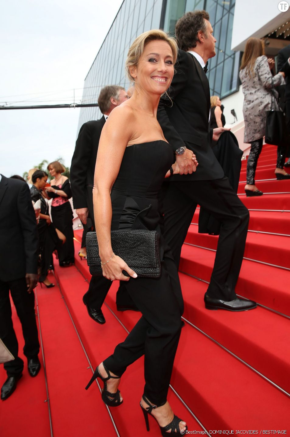 Anne-Sophie Lapix et son époux montent les marches à Cannes