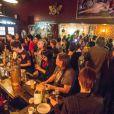 Un bar de Brooklyn, à New York, organise une soirée de lutte contre les inégalités de salaire entre hommes et femmes.