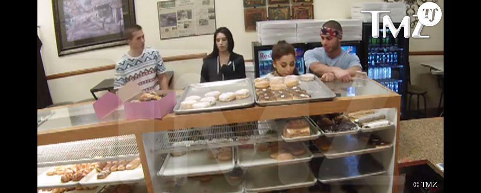 Ariana Grande en train de lécher un donut dans une boutique