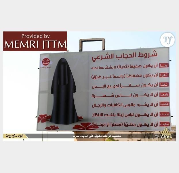 L'affiche rappelant aux passants le code vestimentaire à destination des femmes. Le cliché aurait été pris dans la ville de Syrte en Libye.