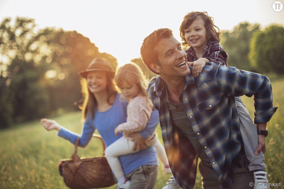 Faire une promenade est bon pour la santé et le bien-être de la famille