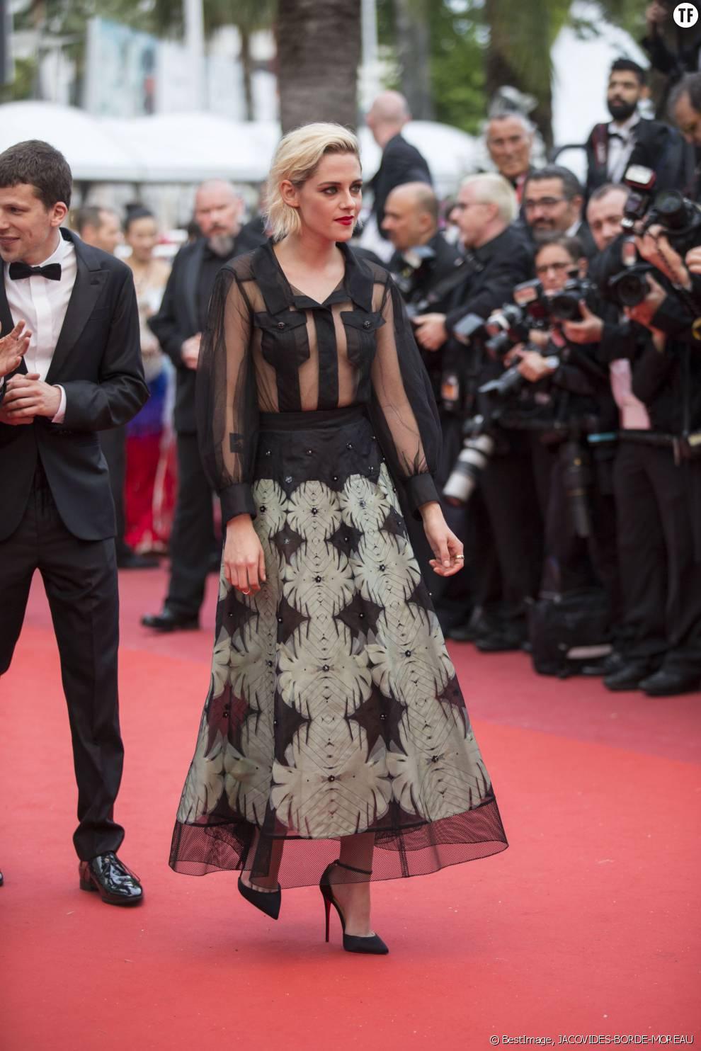 L'actrice Kristen Stewart monte les marches du 69ème Festival de Cannes
