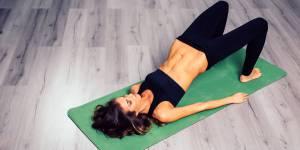 30 minutes de yoga-pilates pour des fesses en béton