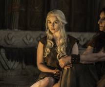 """Game of Thrones saison 6 : Emilia Clarke """"fière"""" de la scène nue de Daenerys dans l'épisode 4"""