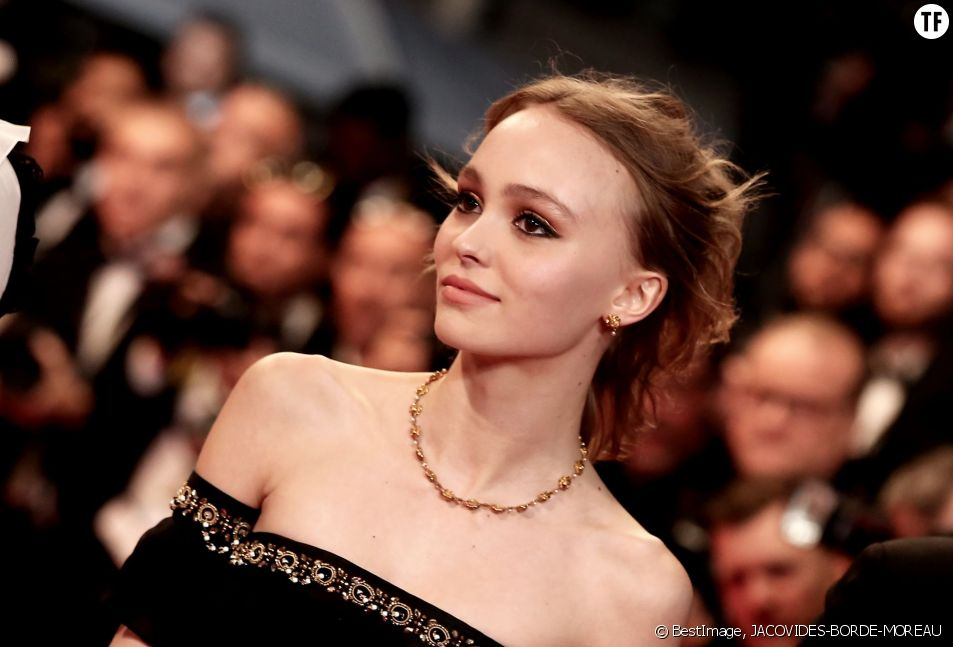 Lily-Rose Depp monte les marches du 69ème Festival International du Film de Cannes, le 13 mai 2016