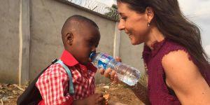 """Un an après avoir sauvé un petit """"garçon sorcier"""" au Nigeria, elle donne de ses nouvelles"""