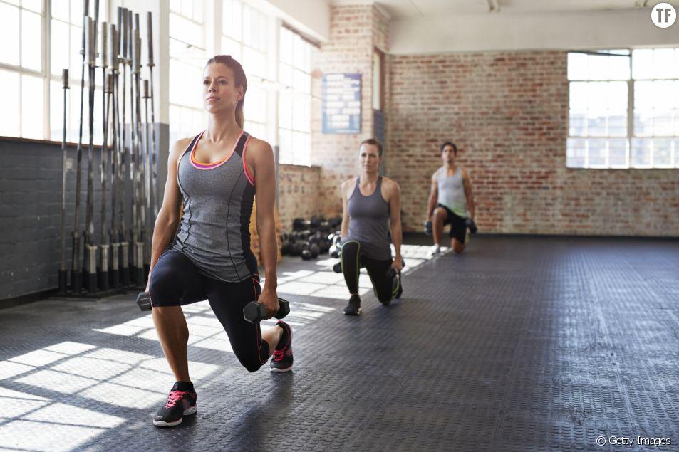 Exercices pour se muscler les fesses avec des haltères