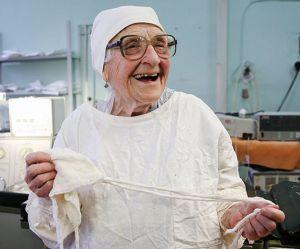 Cette grand-mère de 89 ans est la plus vieille chirurgienne au monde