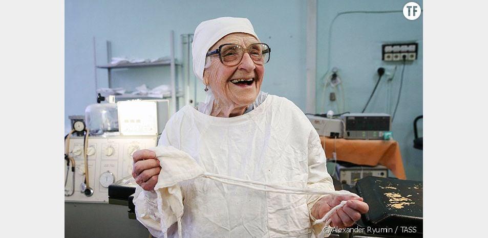Cette grand-mère de 89 ans est la plus vieille chirurgienne en activité