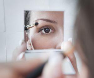 L'étonnante astuce du bouchon de Coca pour réussir son maquillage des yeux