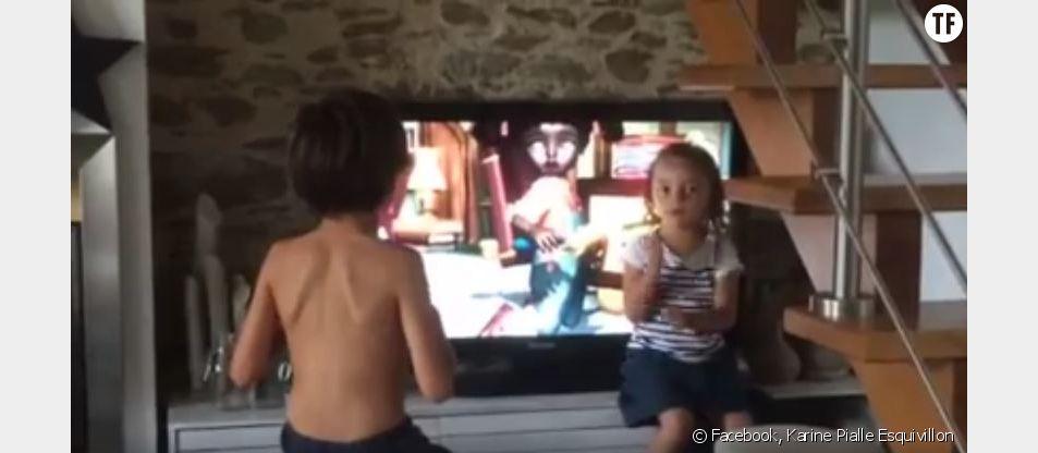 Cette fillette traduit un dessin animé pour son frère sourd