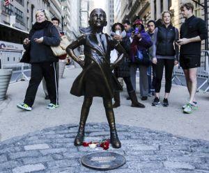 La photo d'un homme agressant la statue de la fillette de Wall Street crée un tollé