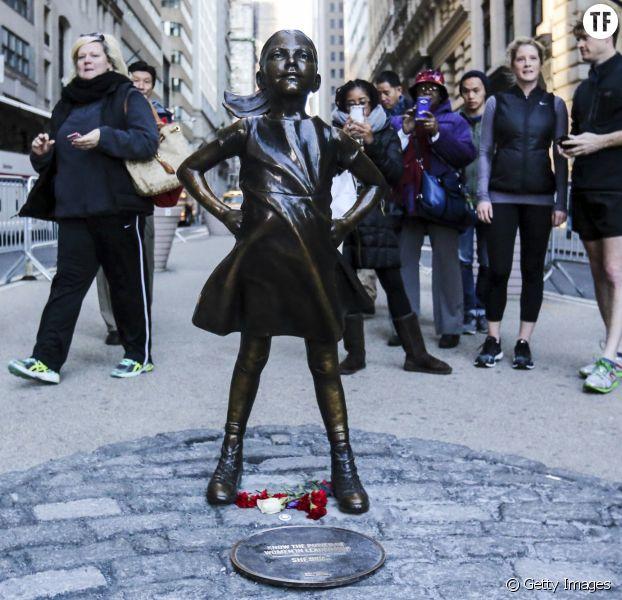 Cette photo d'un homme avec la statue de la petite fille de Wall Street crée un tollé