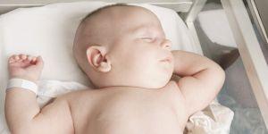 Ne coupez pas le cordon ombilical immédiatement : les experts alertent