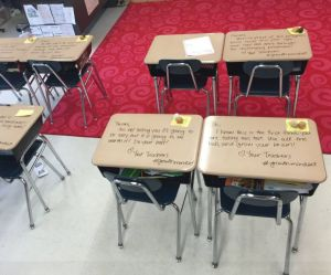 Cette prof a écrit sur le pupitre de ses élèves pour une (très) bonne raison