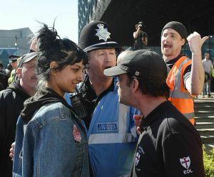 Elle défie un militant d'extrême-droite : sa photo fait le tour du monde