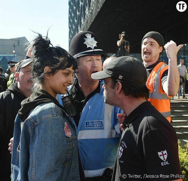 La photo d'une manifestante face à un militant d'extrême droite fait le tour du monde