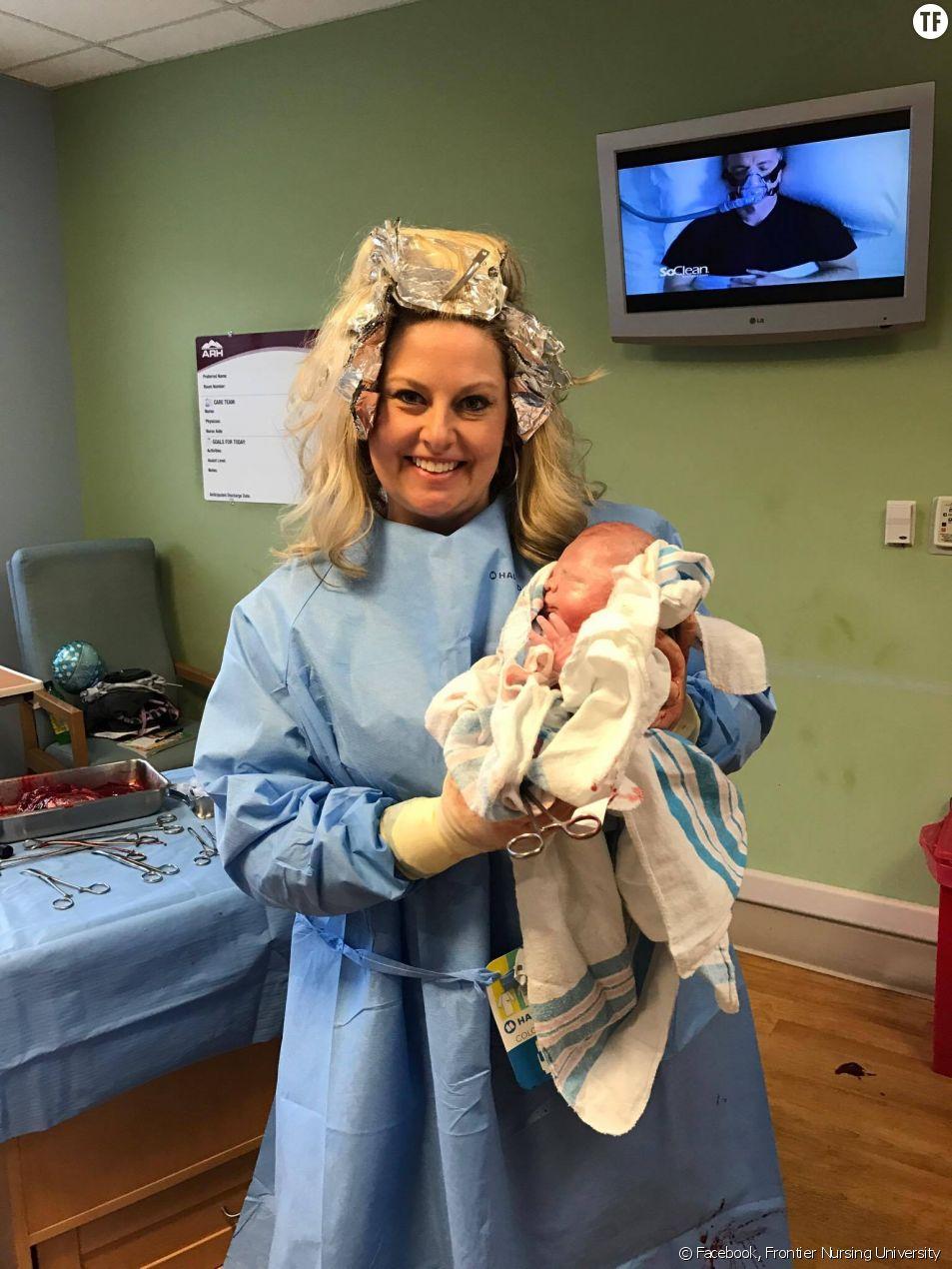 Une sage femme abandonne son coiffeur pour aller mettre au monde un bébé