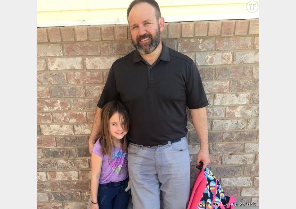Pour soutenir sa fille, ce papa vient la chercher à l'école avec le pantalon mouillé