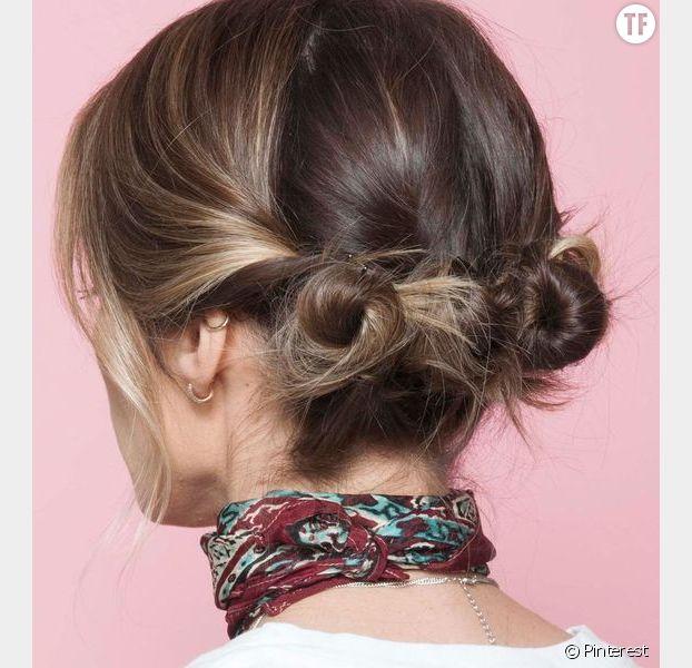 Des double buns bas et décoiffés sur cheveux courts