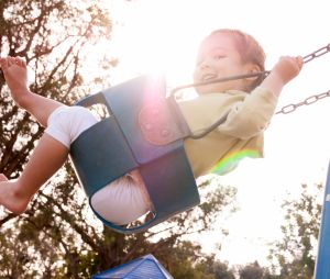 Pourquoi votre enfant devrait absolument faire de la balançoire