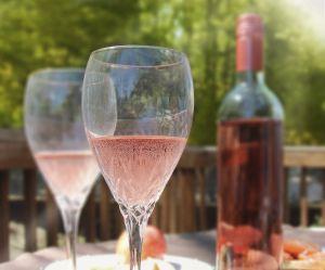 L'astuce pour rafraîchir une bouteille de rosé en moins de 3 minutes