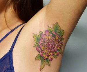 Le tatouage d'aisselle : la tendance qu'on n'avait pas vu venir