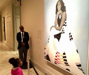 Cette petite fille subjuguée par un tableau de Michelle Obama fait fondre la planète
