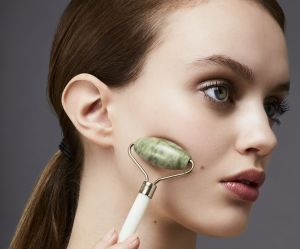 Pourquoi le rouleau de jade peut métamorphoser votre peau