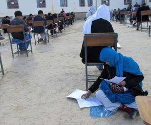 La photo de cette jeune Afghane passant son examen avec son bébé émeut le monde entier